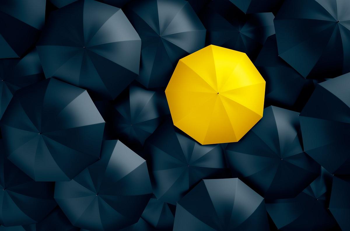 ombrello giallo tra ombrelli neri personal branding
